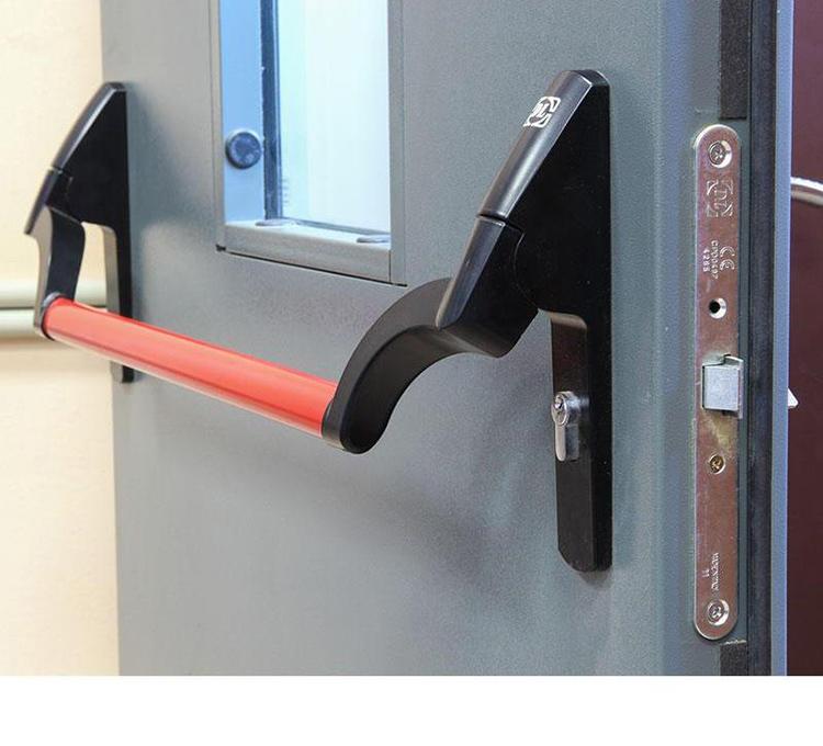 Многие конструкции оснащены функцией «Антипаника», которые не позволяют открыть дверь снаружи просто нажатием, для этого требуется ключ, а вот изнутри их можно распахнут простым толчком