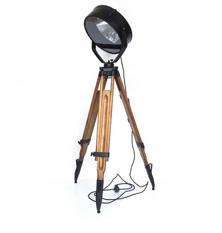 Корпус прожектора, использующийся в качестве абажура для напольного торшера