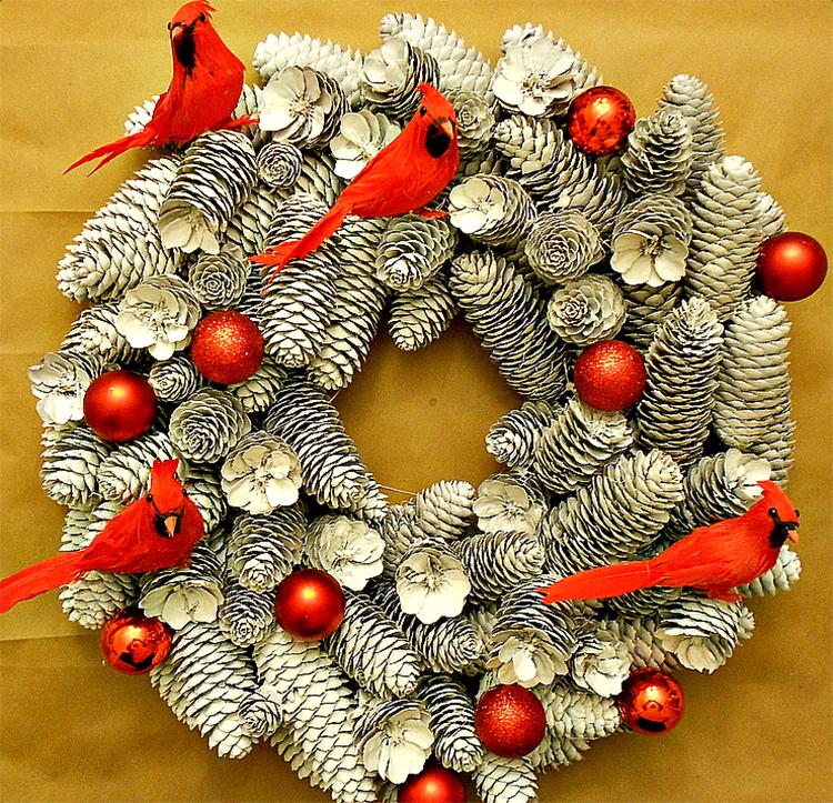 Для украшения новогодних композиций из шишек традиционно используют ёлочные игрушки. А если вы найдёте в тон к ним необычные фигурки, получится вот такой яркий комплект