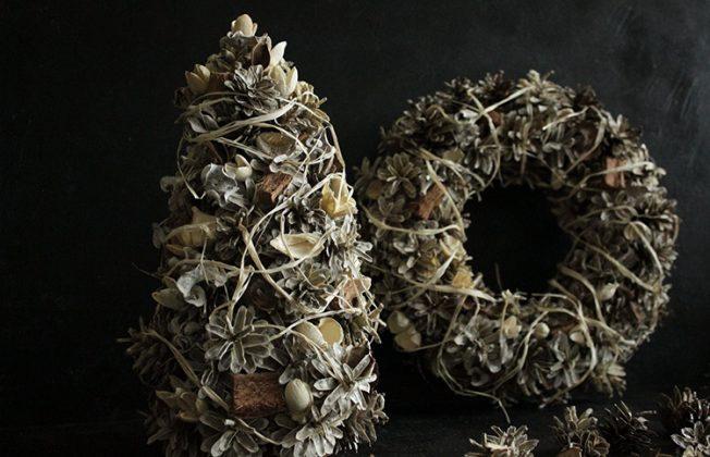 Если у вас есть коробочка саше из коры и семян, используйте её для изготовления венка или ёлочки из шишек. Такое изделие не просто украсит, но и ароматизирует комнату