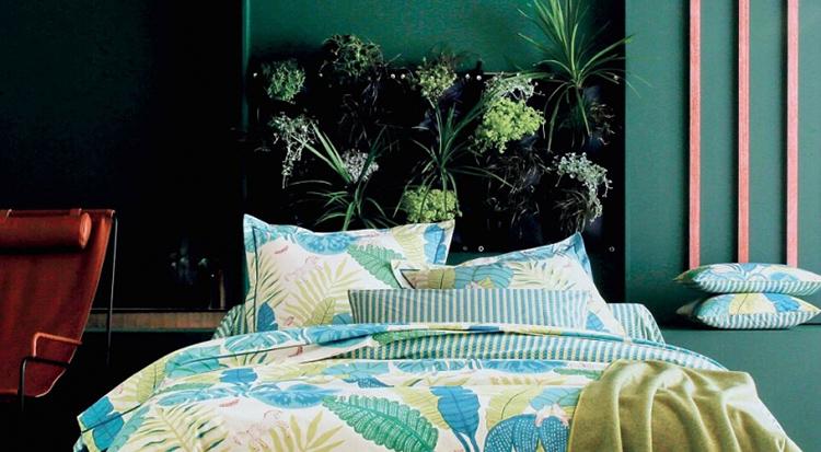 Озеленение изголовья даст не только декоративный эффект, но и обеспечит спальню дополнительным кислородом
