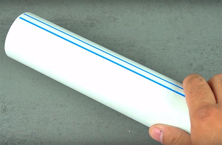 Вам понадобится кусок трубы длиной примерно 15-20 см такого диаметра, чтобы в неё легко проходила ручка молотка
