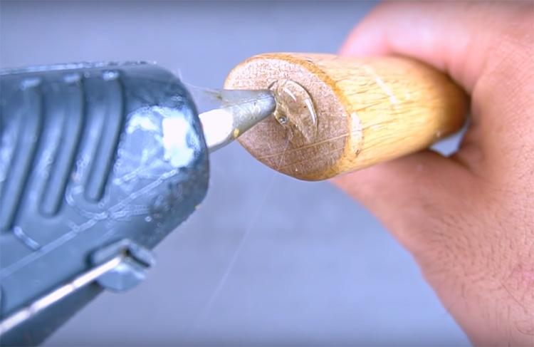 Нанесите на торец ручки молотка клей. Лучше использовать горячий пистолет