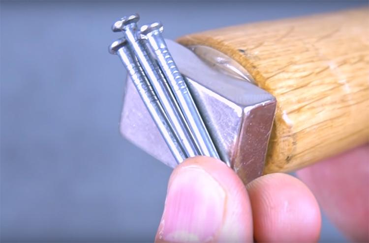 Теперь гвозди можно легко закрепить на торце инструмента и вам не придётся держать их в руке или во рту