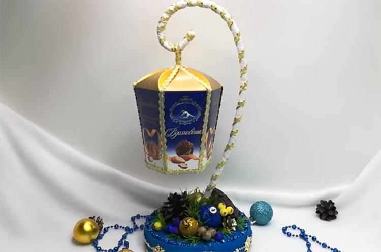 Теперь это не просто коробка с конфетами – это новогодняя инсталляция, которую будет так жалко разрушать. Так что вы можете не сомневаться: ваш подарок откроют последним и будут бережно хранить до самого Рождества