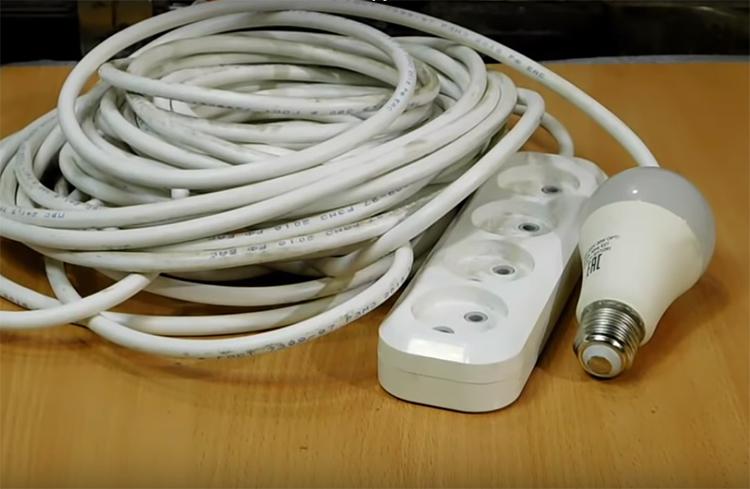 Такое приспособление поможет вам решить проблему с отсутствием розеток в любом месте, где есть патрон с лампочкой. Но нужно помнить одну очень важную вещь: проводка, ведущая к приборам освещения, не выдержит слишком большой нагрузки потребителя, так что не злоупотребляйте этим способом подключения