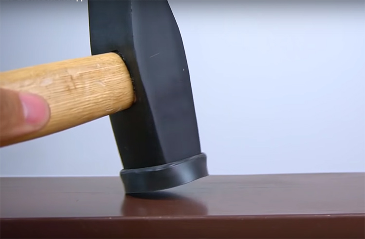 Такая самодельная киянка-молоток поможет вам справиться с деликатной работой, не повредив поверхность тонкого металла, дерева или плитки