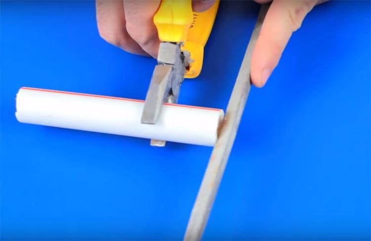 Приготовьте кусочек пластиковой трубки длиной примерно 15 см, отшлифуйте её край надфилем