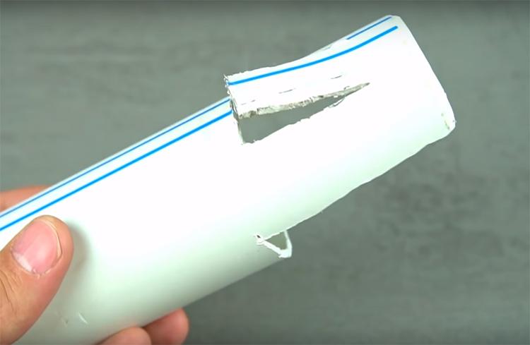 С другой стороны нужно сделать вырез примерно 4×1 см, но не дорезайте до конца, оставьте пластик «язычком»