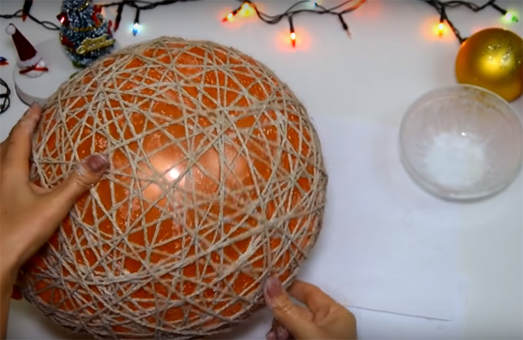 Витки должны быть хаотичными, наматывайте их на шарик, как клубок. Чем плотнее получится намотка, тем лучше. Старайтесь не оставлять больших промежутков
