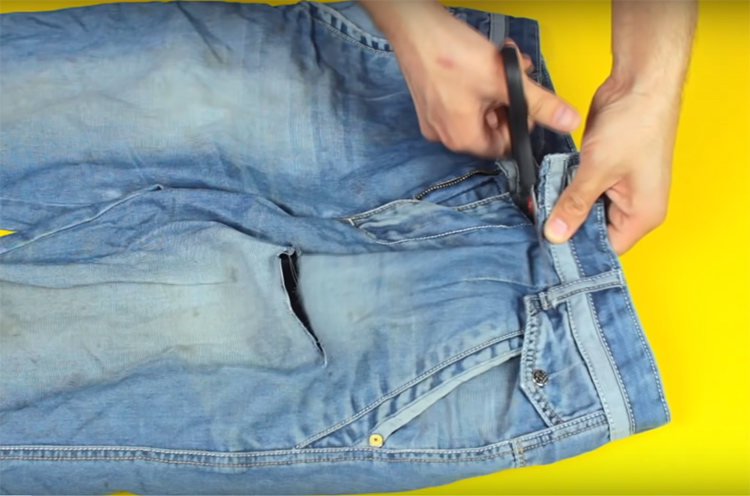 Для рабочего органайзера вам придётся разрезать старые джинсы по линии пояса. Желательно подобрать брюки, подходящие вам по размеру, чтобы пояс в застёгнутом виде и не жал вам, и не висел слишком свободно