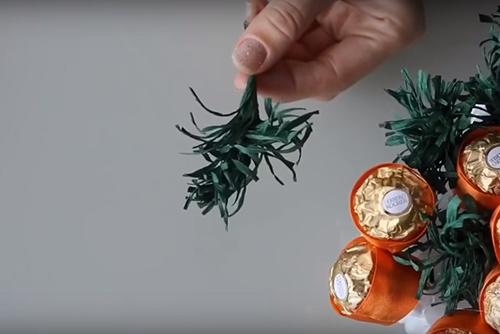 Потрясающие поделки из конфет на Новый год - подробные мастер-классы