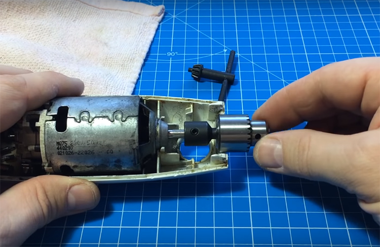 Теперь моторчик блендера можно поставить на своё место, а насадка удобно устроится в штатном отверстии
