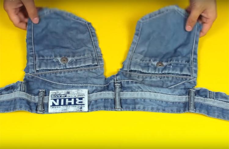 Когда будете резать джинсы, оставьте на поясе задние карманы, как на фото. Они пригодятся вам для переноски крепежа