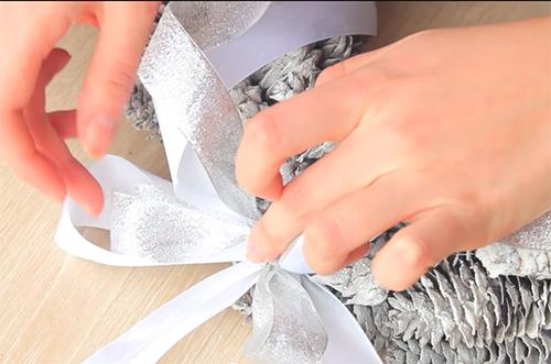 Поделки из шишек своими руками - как украсить дом за 5 минут до Нового года