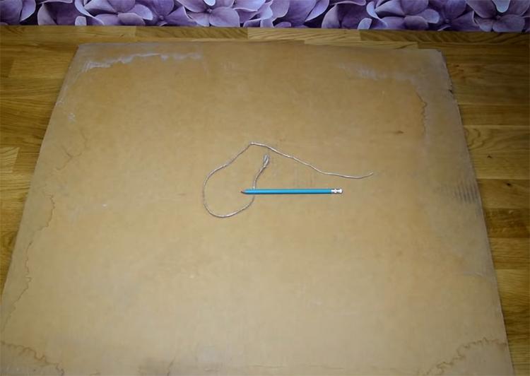 Приготовьте кусочек нитки, кнопку и карандаш. Всё это вам потребуется для того, чтобы нарисовать на картоне круг большого диаметра