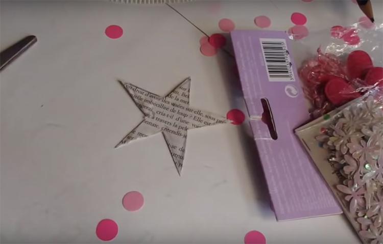 Из тех же книжных страниц (можно из вырезанных квадратов), сделайте звезду на макушку
