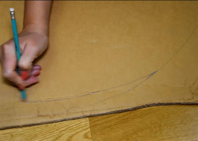 Когда круг будет готов, начните внутри него рисовать спираль, прямо от внешнего края, сворачивая линию к центру. Старайтесь, чтобы рисунок был ровным, а ширина спирали везде одинаковой