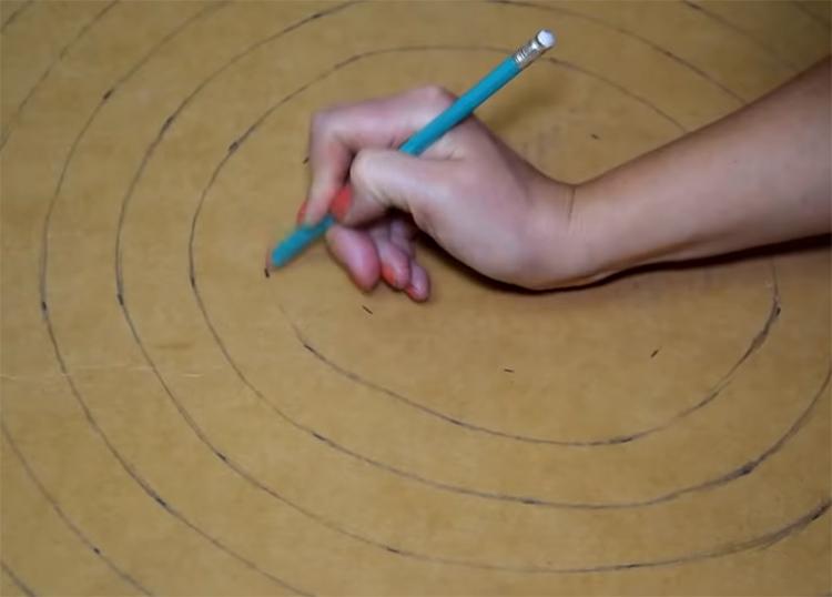 Ширина спирали должна быть примерно 3-4 см. Тоньше делать не надо, изделие может потом порваться, а слишком толстая линия не будет хорошо раскладываться после разрезания