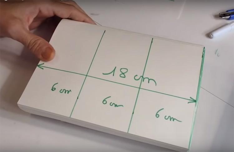 У ёлочки будет 3 яруса, так что поделите высоту вашей основы на 3 и разметьте горизонтальные линии