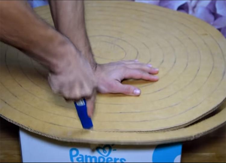 Следующий этап – работа канцелярским ножом. Начиная с внешнего края, разрежьте спираль по намеченной линии, не прерывая её и двигаясь к центру круга