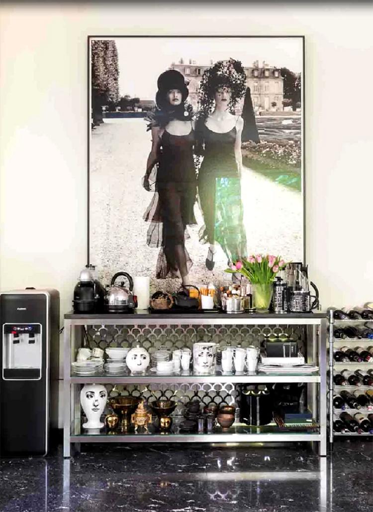 Для небольшой коллекции посуды из фарфора на кухне поставили открытый стеллаж из матового профиля