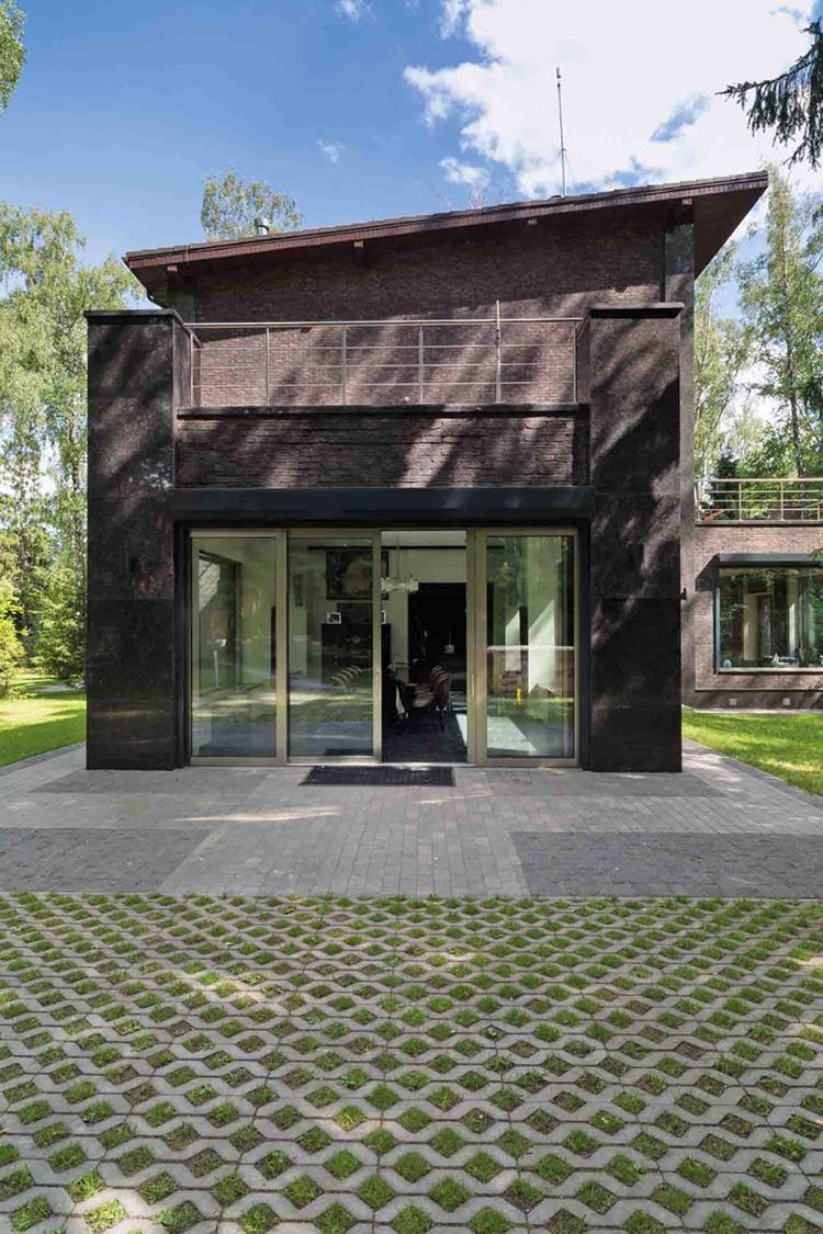 Сегодня дом лишь отдалённо напоминает по архитектуре усадьбу Любови Орловой и Григория Александрова