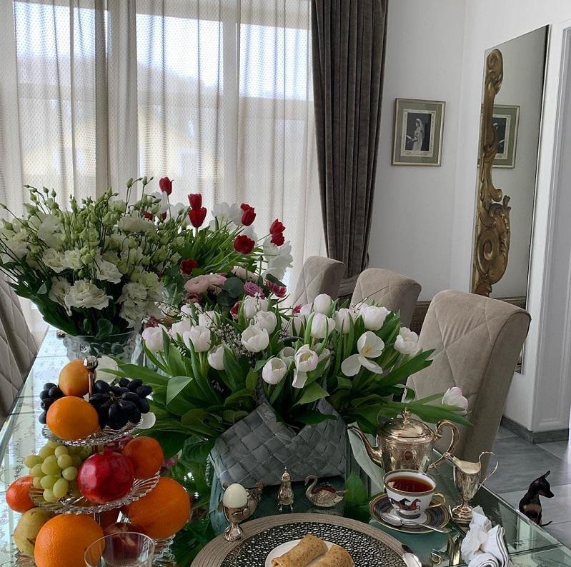 Обеденный стол всегда сервирован изысканной посудой и украшен живыми цветами