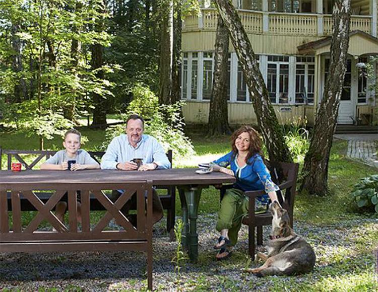 Старый домик из дерева и сегодня используется в летнее время