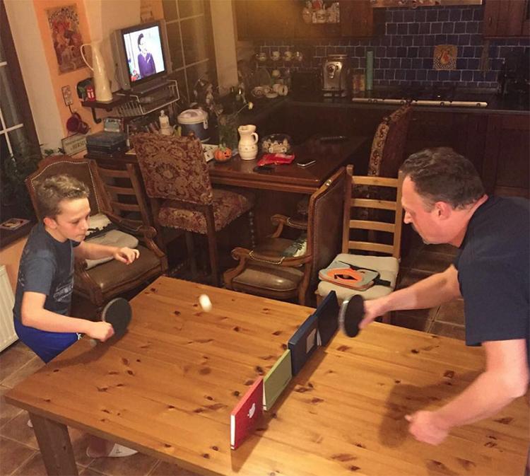 В свободное время Виктор Гусев часто играет с детьми в настольный теннис