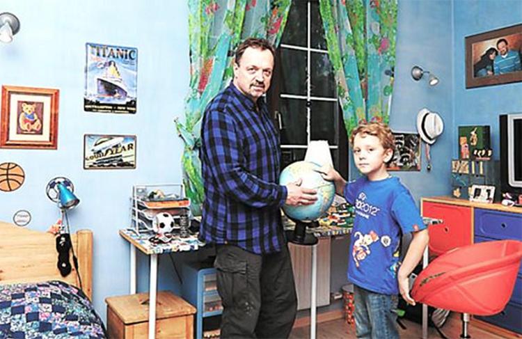 Стены детской украшают рисунки мальчиков