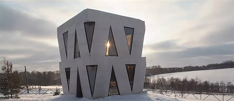 Дом стоит на возвышенности, от этого складывается впечатление, будто он похож на космический корабль