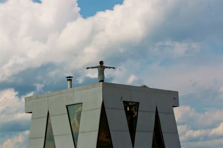 Крыша дома похожа на вертолётную площадку, здесь расположена обсерватория
