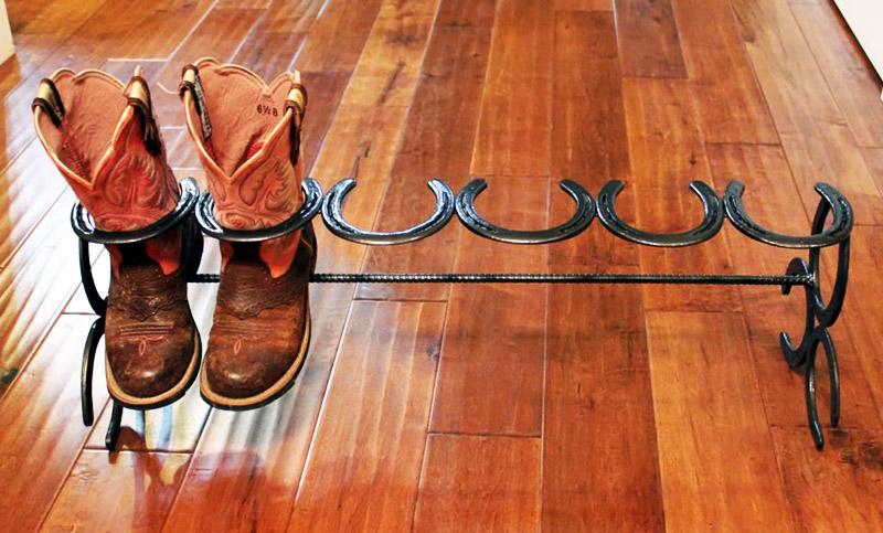 Очень простая подставка для обуви из подков и куска арматуры. Будет отлично смотреться в интерьере в стиле кантри
