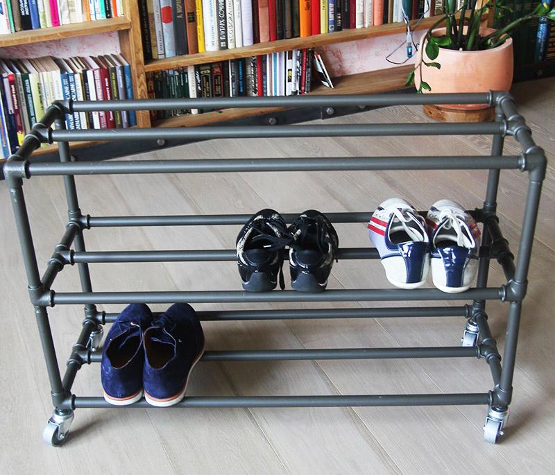 Трубы можно просто прикрепить к стене и поставить на них обувь. Быстро и удобно