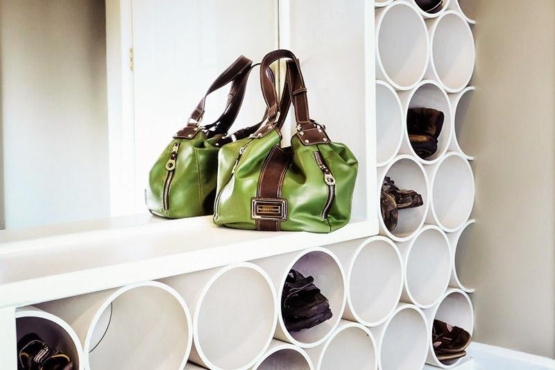 Если оформить такими трубами всю стену, получится оригинальная конструкция, в которой можно хранить не только обувь