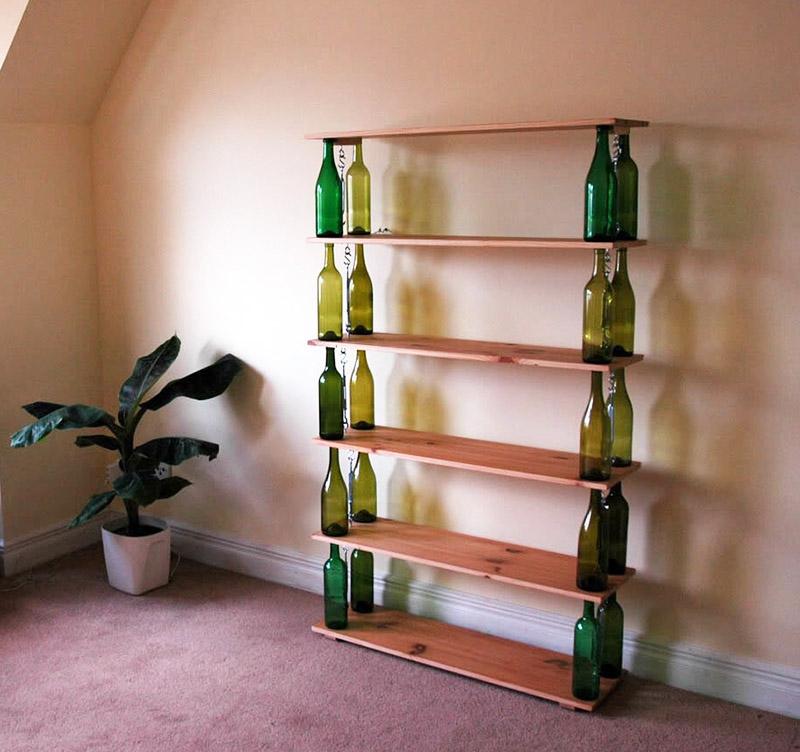 В качестве стоек для обувницы можно использовать обычные стеклянные бутылки. Нужно только подобрать одинаковые по высоте. Можно использовать даже пластиковые, если наполнить их чем-то, например, маленькими камушками