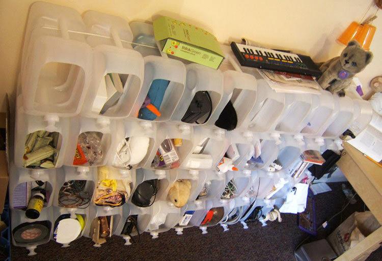 Если у вас избыток пластиковых канистр – то их можно взять за основу для создания стеллажа в прихожей. Здесь можно хранить обувь и шапки, перчатки, ключи и прочую мелочь