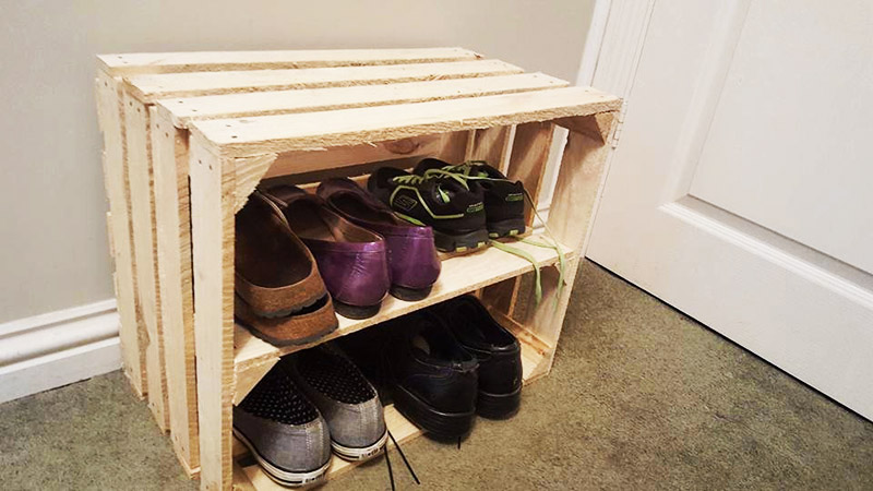 До безобразия простая идея, для которой потребуется всего один предмет – обычный деревянный ящик. Сделайте внутри всего одну перегородку и простая этажерка готова. Потребуется пара саморезов для закрепления полки – и всё