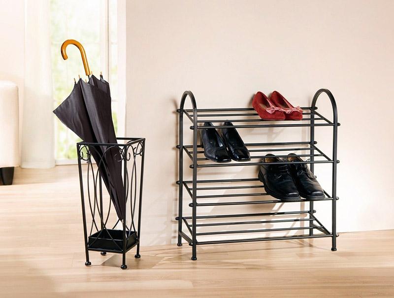 Самая простая металлическая этажерка – это конструкция из тонких трубок и пары боковин из согнутой трубы