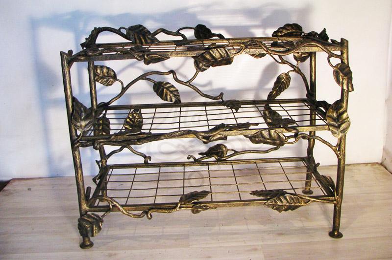 В качестве подставки может использоваться не только решётка, но и сетка с крупной ячеей. А украсить этажерку можно с помощью готовых кованых элементов