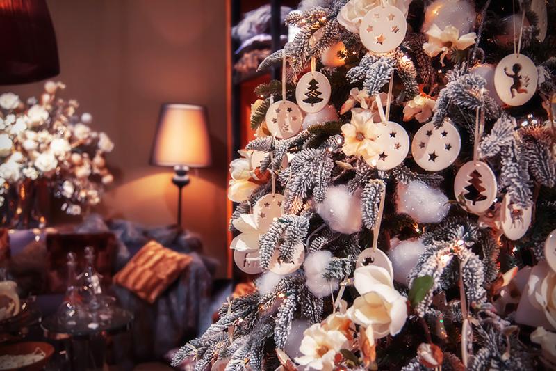 Можно использовать ароматизированные свечи и другую символику