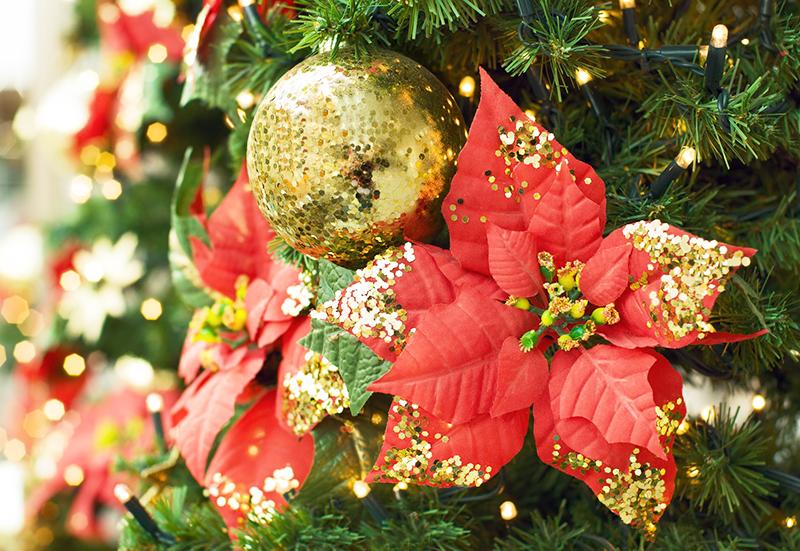 Нежная ёлка, украшенная цветами, которые можно купить или сделать из фоамирана