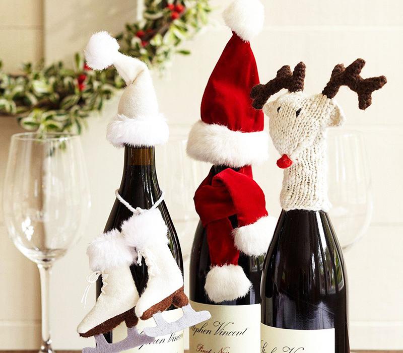 На горлышко бутылки моно надеть забавную мордашку или просто новогодний колпачок