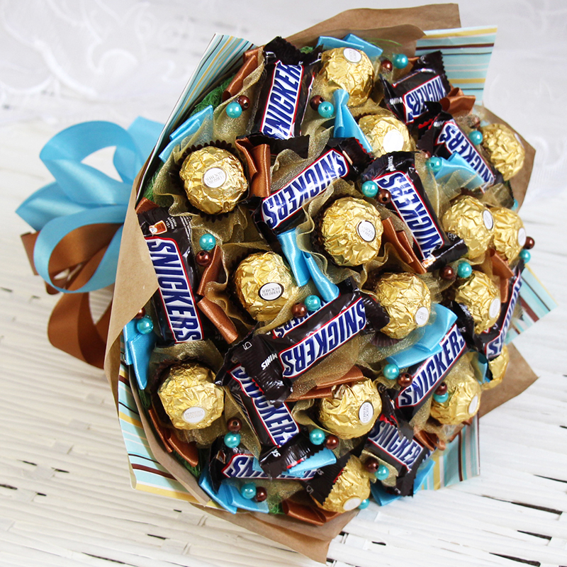 Каждую конфетку упаковывают в обёрточную плёнку или бумагу. А уже само основание приклеивается на деревянную шпажку