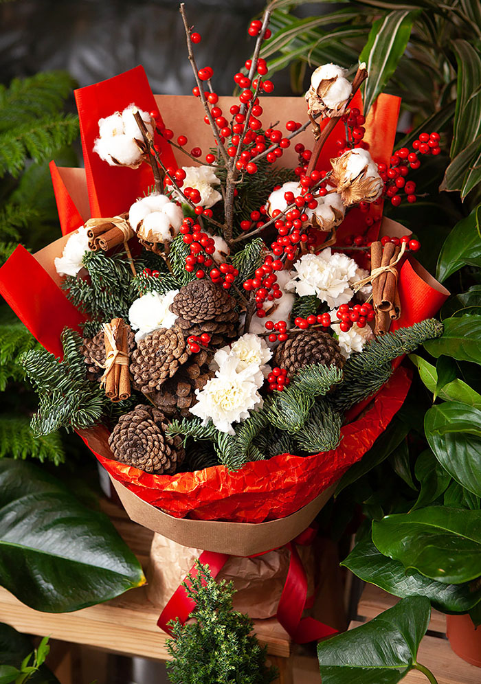 Прекрасно декорировать такой букет ягодами рябины, можно искусственной