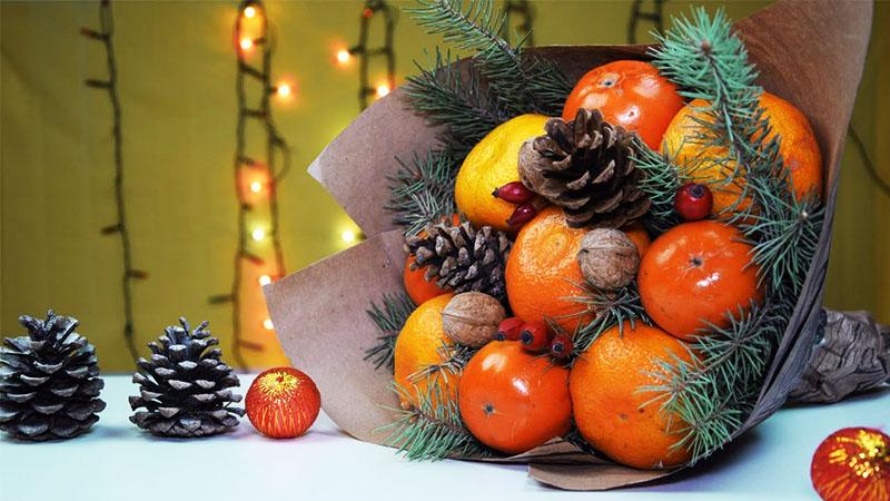 А вот одурманивающий своим праздничным запахом новогодний букет из мандаринов
