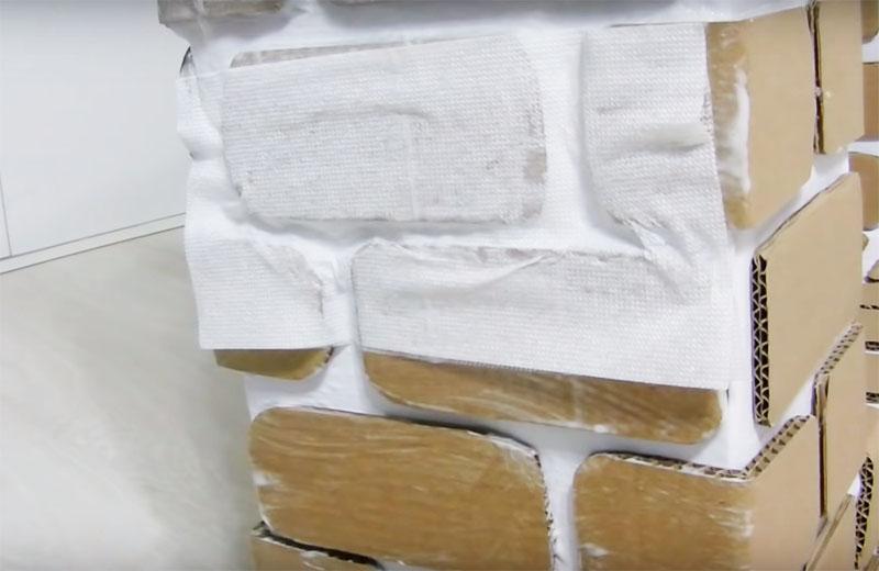 Прямо поверх грунтовки наложите дешёвые салфетки или туалетную бумагу в один слой