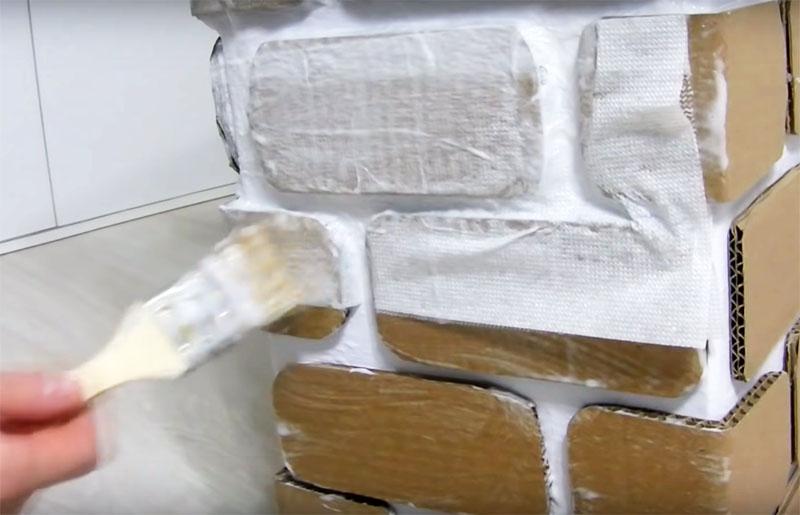 Сверху салфеток пройдитесь ещё раз кистью с ПВА, прижимая её в местах углублений так, чтобы тонкие салфетки хорошо обмялись. Теперь камин нужно оставить до полного высыхания