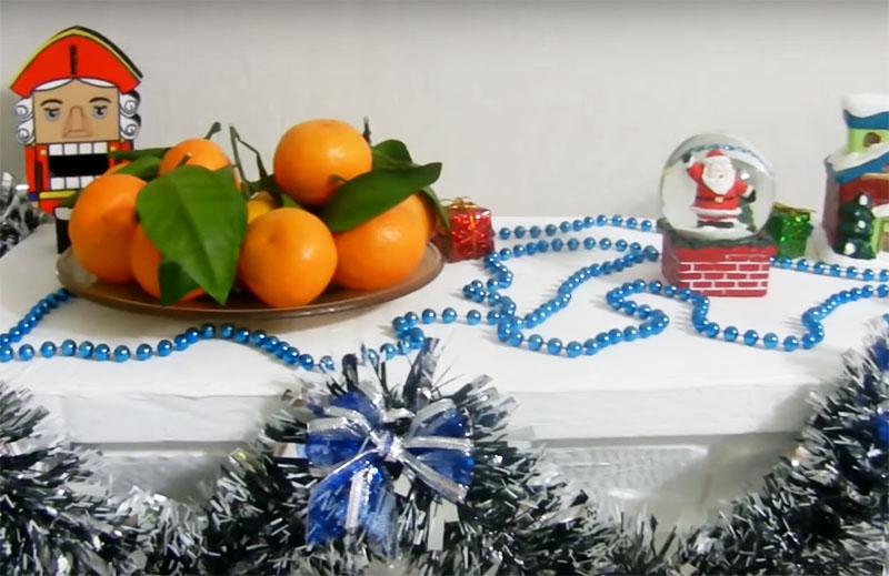 Верхнюю полку вашей поделки дополните подсвечником и новогодними безделушками. Можно поставить фотографии в красивых рамках, а над камином повесить рождественский венок